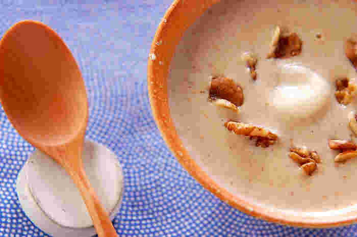 クルミ×和スイーツでは、こんなレシピもありますよ。クルミと牛乳をミキサーにかけて甘味ととろみを加えた汁粉は、お腹も心もほっこりとした気持ちにしてくれそう。