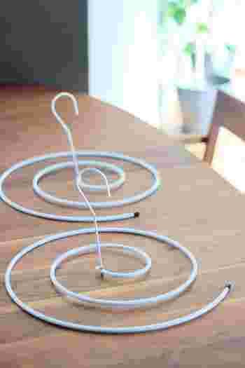 くるくると渦を巻いたユニークな型のハンガー。あまり見かけないタイプですが、シーツ専用ハンガーなんです。フックとスパイラル部分を組み立てて使用します。