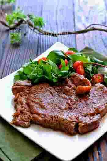 スーパーで買った特売の輸入牛肉ステーキ。キウイと舞茸をペースト状にしたものに漬け込むと、しっとり柔らかなお肉になります。