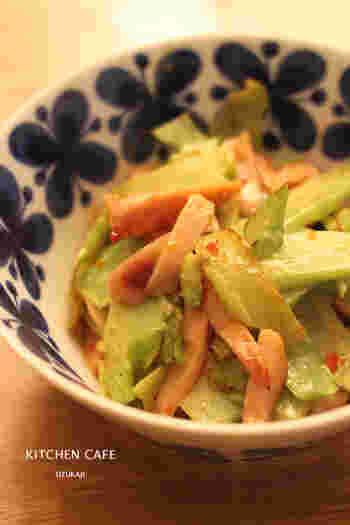 生春巻きを食べた時に残ってしまったスイートチリソース、冷蔵庫に眠っていませんか?ブロッコリーの茎を使ったレシピだから、サラダと合わせて2品が簡単に作れますよ。