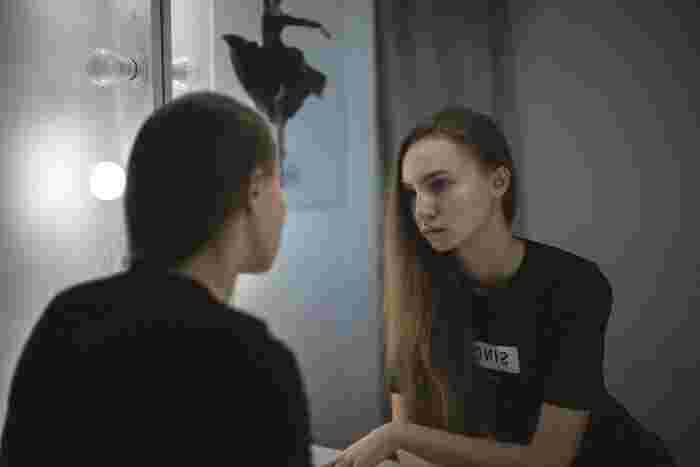 鏡の前で横姿を見ます。足を腰幅にして立ってみましょう。 耳の穴、肩峰(肩の出っ張っている部分)、股関節の中央、膝、くるぶしを結ぶ線が真っすぐであることが正しい姿勢です。 このとき、自然におろした腕は下に伸び、中指も下に向いていることが理想と言われています。