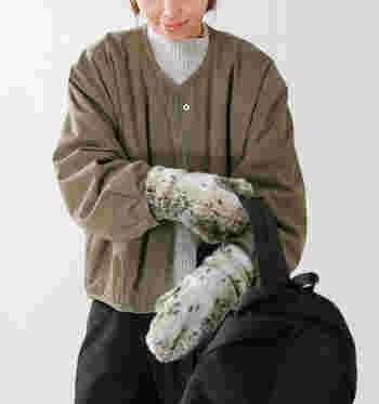 エコファーを使用したレオパード柄のミトン手袋は、トレンド感と季節感を両方叶えてくれるアイテム。裏地にはフリースを使用し、とことん暖かさにこだわって作られた手袋です。