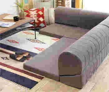 床生活をメインにしたい人に向いているのは、ロータイプのソファ。そのまま足を投げ出したり、ごろんと横になったりできる自由さが魅力。