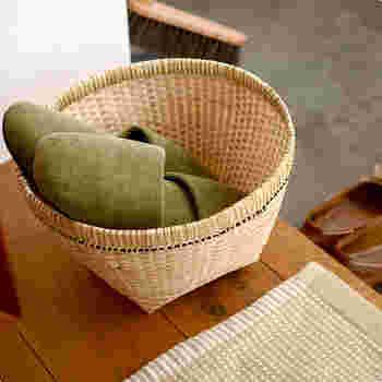 こちらはインドネシアのバリ島で作られた、バリバンブーの角底のバスケットです。丁寧できれいな編み目と、しっかりした作りが魅力の竹かごは、一つ置いてあるだけで絵になります。使うほどに艶が増し、飴色になっていくのも魅力的。こんな風に玄関でスリッパかごに使用したり、リビングで雑誌をいれたり野菜かごにもいいですね。
