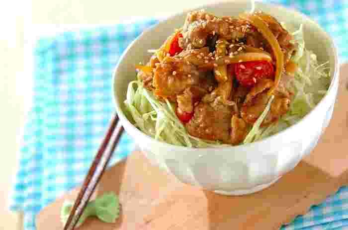 豚こまで作るしょうが焼きは玉ねぎをMIXして。キャベツの千切りと合わせて丼にすれば、野菜も摂れるので栄養バランスも◎お子さんでも食べやすいメニューです。