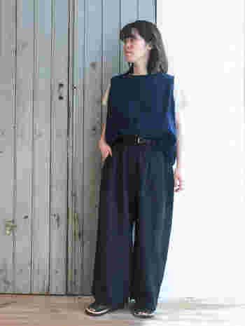 重たくなりがちな濃紺のワイドパンツも、リネン素材なら涼やかな雰囲気で着こなせます。ベストと白Tシャツを合わせた、マニッシュな着こなしが素敵です。
