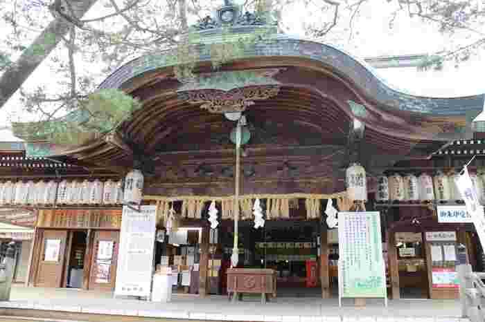 白山神社のご祭神は「菊理媛大神」(くくりひめのおおかみ)という女性の神様です。御神木の「むすびの銀杏」は2本の銀杏の木で、触ると子宝に恵まれて安産になるといわれています。他にも、安産や子授けにかかわるものがたくさんある神社ですので、ご夫婦でお参りするのがおすすめです。