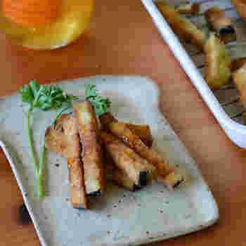 揚げたナスにはちみつをかけるというこのレシピ、スペイン・アンダルシア地方の定番タパスなんだそうです。下ごしらえにひと手間かけることで、なすの甘みを引き出しています。外はカリカリ、中はふんわりの揚げたてをぜひ味わいたいですね。