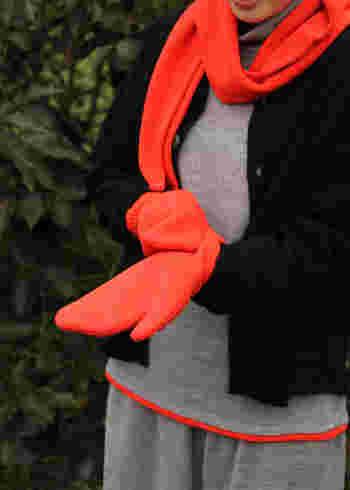 ビビッドな赤色がコーディネートにアクセントを与えてくれる「aa.(ダブルエードット)」のミトン。黒やグレーが多くなりがちな冬ファッションに、素敵な差し色を♪