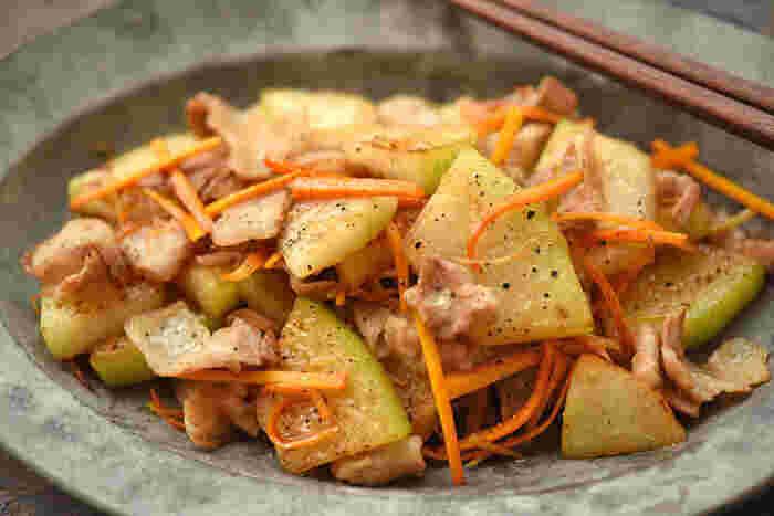 """すこし脂っぽい豚バラ肉も、さっぱり淡白な味わいの冬瓜とあわせれば、こってりし過ぎず、食べやすいお料理に◎  水分量が多い冬瓜を""""炒め物""""としていただくので、ふにゃふにゃすると食感が楽しめません。ほどよい固さにとどめて、炒めましょう。"""