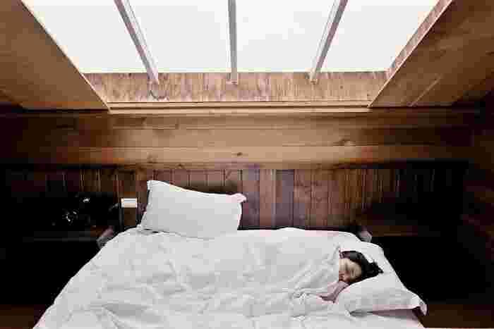 快適な睡眠のためには、体内時計を正常に保つことが重要です。体内時計は朝日を浴びることでリセットされ、ずれを解消していきます。朝日を浴びると、「睡眠ホルモン」であるメラトニンの分泌がとまり、14時間~16時間後に再び分泌が高まるようになります。メラトニンの分泌が高まると、体は休息状態に導かれ、自然な眠りが訪れます。  朝の時間帯にお日様を全身でしっかりと感じることが、夜の睡眠の質を高めることにつながるというわけです。  自ずと「朝散歩」を意識するようになるので、だいたい就寝時間も決まった時間に整えられるようになります。