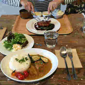 地元の農家の方が育てた新鮮な野菜やお肉など、ここでこそ食べたいお料理の数々が並びます。