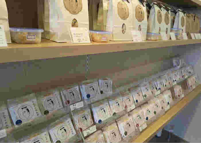 札幌にはあまりないお煎餅の専門店。北海道米を100%使用しています。味の種類もとても豊富で、選ぶのに迷ってしまいそう。