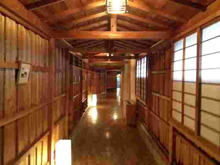 1つ目のおすすめおこもり宿は、福島県須賀川温泉にある人気旅館「おとぎの宿 米屋」です。田んぼや森林など自然に囲まれた中に建つ隠れ家のような宿で、敷地内は名前の通りおとぎ話のような空間が広がっています。