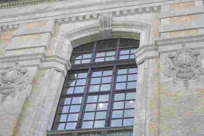 こちらの「レンガ棟」は、建築家・安藤忠雄氏の参画のもと、旧建物の内外装の意匠と構造をできるだけ生かしつつ、改修が行われました。現在の建物は、2002年(平成14年)に全面開館したもので、壁面のレリーフや窓枠など当時の面影が感じられます。