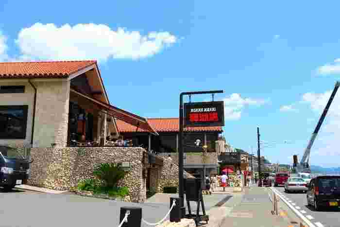 鎌倉駅から江ノ電に揺られて七里ガ浜下車。海沿いに位置する人気店がこちらの「珊瑚礁 モアナマカイ店」。