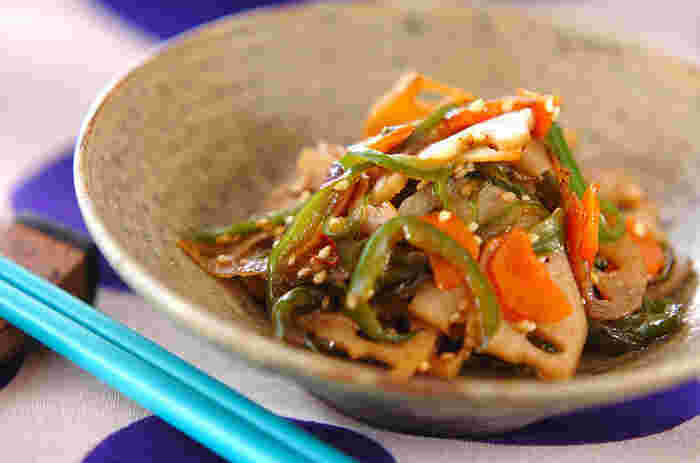 甘めの味付けが懐かしいきんぴらレンコンには、お野菜をたっぷりと合わせて。いろいろなお野菜が合わせることで、食感の違いを楽しむことができ、ごはんがどんどん進みます。