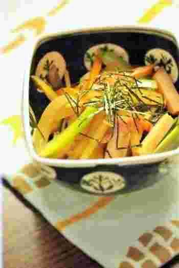 甘酸っぱく煮つけたじゃがいも、玉ねぎ、人参、小松菜に生姜がアクセントを添えています。ベーコンのコクのおかけで、飽きずに野菜がたくさん摂れます。