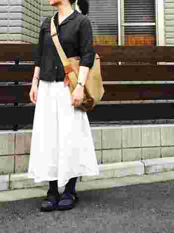 重めな大きめバッグも手首を見せることで抜け感を出すことができます。足首は見せていませんが、白のスカートを合わせることでスッキリ見えます。