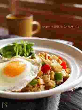 ガパオとは、タイ料理で使われるハーブのこと。ガパオライスとは、ガパオを使用した炒めご飯で、タイでは一般的な家庭料理です。鶏肉などではなく高野豆腐を使用することで、ボリュームがありながらヘルシーなチャーハンに。仕上げに目玉焼きを添えれば、彩りが豊かになるだけでなく、まろやかな味わいを楽しめます。