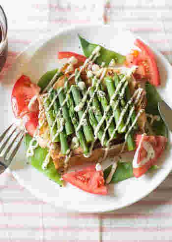 トーストがわりに、厚揚げの中を四角くくり抜いて、卵を落としてフライパンで焼いた変化球レシピ。溶けたチーズと厚揚げのハーモニーがたまりません。  パンを使用していないので、糖質ダイエット中の方にも◎ 野菜を彩りよく飾れば、ダイエットレシピとは見えないボリュームに!