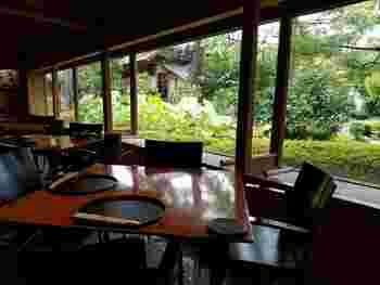庭園に面した店内は明るく、落ち着いた雰囲気。窓際のテーブル席からは、水と緑が織り成す庭の景色を眺めながら美味しい湯どうふが頂けます。