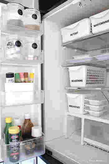 極力生活感を隠す徹底ぶり!お見事です。ラベルに統一感を持たせるために瓶などに貼るラベルもモノトーンで統一させます。大きな冷蔵庫だけでなく一人暮らしの小さな冷蔵庫にも活用したいおしゃれなアイデアです。