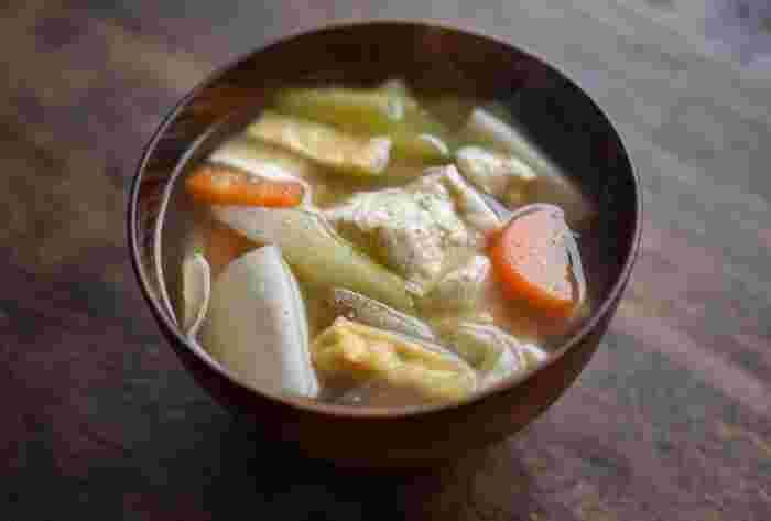 いつものお味噌汁も良いですが、根菜が旬の冬ならけんちん汁もおすすめです。ごま油で炒めた長ねぎ・里芋・ごぼう・人参、そして大根を使い、まるで煮物のように具だくさんの汁物に。胡椒を少し振りかけるのが、美味しく仕上げる秘訣なんだとか。