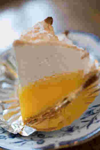 表面のメレンゲが香ばしく、すぐ下はふわふわの軽い食感。中のレモンクリームは酸味が効いていて、メレンゲの甘さを引き立ててくれます。