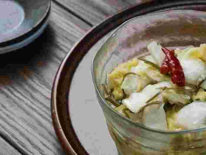 こちらは数時間干した白菜を使っています。セミドライの白菜は甘みが増しておいしさアップ。たくさん作ってもあっという間に食べ切ってしまう、箸休めにぴったりのレシピです。