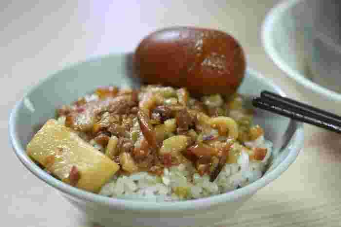 数多の魯肉飯好き達をうならせてきたのがコチラ。煮ては冷まし、煮ては冷まし……という工程を何度も繰り返して味をしみ込ませた煮玉子のトッピングをお忘れなく。