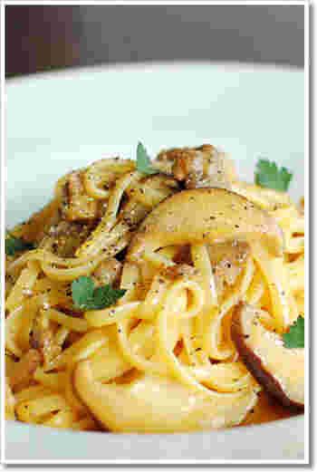 サルシッチャとしいたけの風味豊かなカルボナーラにも、トリュフ塩をパラパラと。一気に本格レストランの味に。