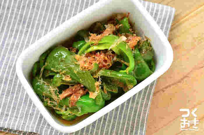 ピーマンの緑が綺麗な焼き浸しは、お弁当にもおすすめの野菜おかずです。白だしメインのあっさりとした味付けなので、ご飯のおかずというよりも箸休めにぴったり。ピーマンが熱いうちに浸すと味が染み込みやすく、美味しく仕上がりますよ。