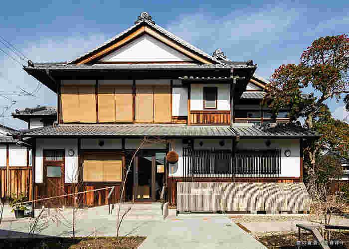 大正初期につくられた、和洋折衷の建物を利用した「繭 mayu」。「ならまち振興館」をリニューアルした一階には「奈良町南観光案内所」が入り、観光案内だけにとどまらず、奈良町の情報や文化を学べる「読書室」や、ワークショップ「生活学校」も開講しています。