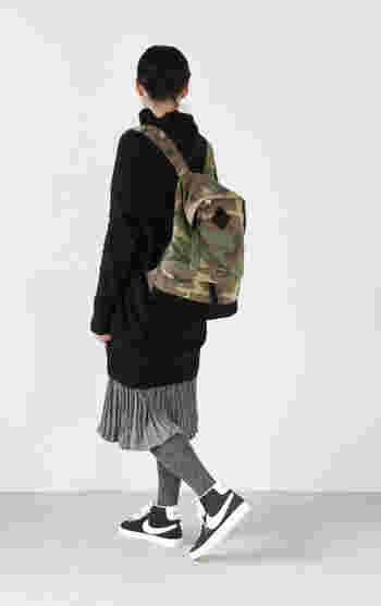 モノトーンコーデにカモフラ柄のバックパックをアクセントにしたシンプルなコーデ。服が無地なので、バッグがより引き立ちますね。