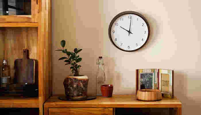 どんなお部屋にも溶け込んでしまいそうなシンプルなウォールクロックです。壁の少し低い位置に飾って棚にある他のアイテムとジョイントさせても素敵です。