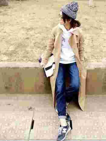 ニット帽×パーカー×デニムというカジュアルなコーデに、トレンチコートを羽織って大人っぽく。デニムは少しロールアップして、抜け感を出しましょう。