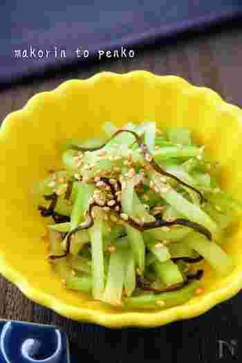 芯に甘みがあり、食感も◎の茎。捨ててしまうなんてもったいない!美味しく活用しましょう。こちらは、ブロッコリーの茎と塩昆布で作る簡単ナムル。シンプルで簡単に作れるのに、お弁当の彩りや、おつまみにぴったりの美味しい仕上がりに。
