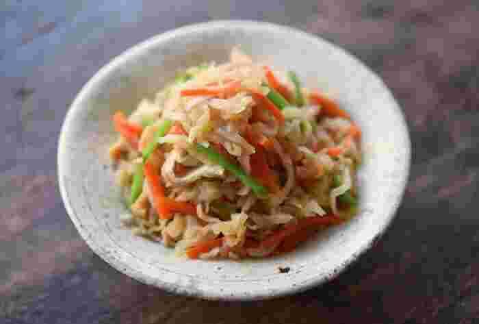 魚など和食弁当の副菜にぴったりな「切り干し大根」。出汁が染みた切り干し大根の、コリコリッとした食感はやみつきものです。油はごま油を使用することでコクが一層アップします。