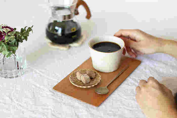 おやつじゃなくても、お家カフェタイムのお供にちょっと角砂糖を乗せたり、紅茶のティーバッグを置いたりするのにも豆皿はぴったり。お客様にお出しする時にも素敵です。