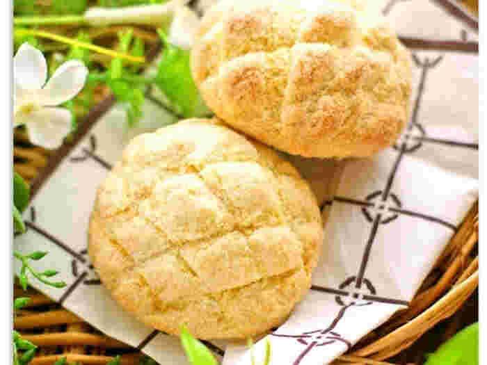 豆腐でサックリふわふわなメロンパンも作れてしまいます。さらにノンオイルなのでカロリーをあまり気にしないで食べられるところも嬉しいですね。使用する豆腐は、絹ごしと木綿のどちらでも大丈夫です。冷蔵庫にある豆腐でチャレンジしてみてくださいね。
