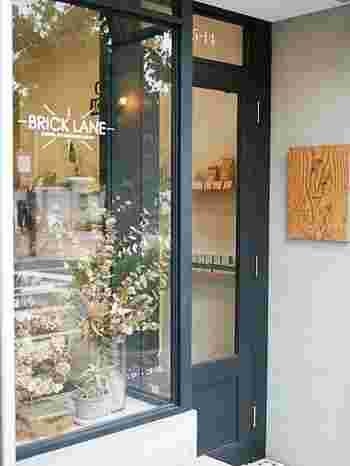 世田谷駅を降りてすぐのところにあるカフェ「BRICK LANE 」は、インスタで話題のカップ入りケーキが可愛くておしゃれだと人気のカフェスポットです。