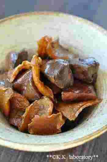 乾燥しょうがを使うことで、鶏レバーの臭みがより取れやすくなります。煮汁が飛ぶまで煮込んでツヤよく仕上げるレシピ。