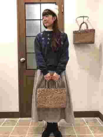 足元にはあったかそうなブーツを仕込み、手元には涼し気なバッグを持つ。そんな絶妙な計算が、人と差がつくウィンターファッションをつくります。