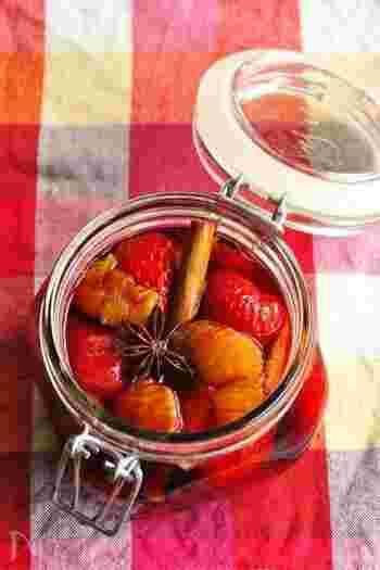 八角を入れた赤ワインに、イチゴやオレンジを漬け込んだ赤ワインマリネのレシピです。漬け込み終えた赤ワインは、そのままホットワインとしても楽しめちゃいます!