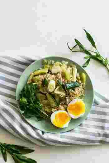 洗い物を手抜きするために、料理はワンプレートに。ご飯もおかずもサラダも一皿に盛り込んで作ってしまえば、お茶碗や小皿を使いません。いつも一人ひとりに盛り付ける料理を大皿にし、各自のプレートに取りながら食べるのも洗い物の数を減らせますよ。