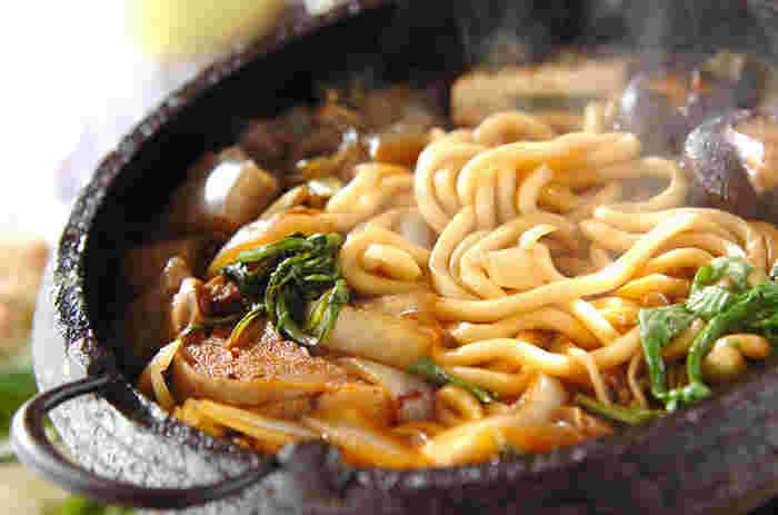 寒い冬の時季は美味しい鍋料理が食べたくなりますよね。そんな時におすすめなのが、車麩や牛肉、ネギにシイタケなど様々な具材が入ったアツアツの美味しい「牛すき焼き」です。お肉とお野菜がたっぷり摂れて栄養満点。ご飯にかけて丼にしても美味しいですよ。