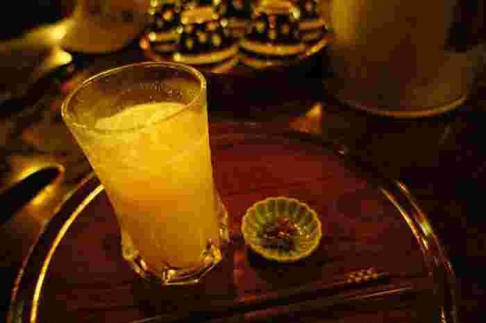 """米麹の独特の甘い芳香、穀物の甘みと旨味がたっぷりの「甘酒」は、アミノ酸やビタミン、ミネラルが豊富に含まれています。""""飲む点滴""""と呼ばれるように、身体に染み込むような味わい。こっくりとしながらも、さっぱりとした甘みが魅力です。 【画像は、夏場に嬉しい『冷やし甘酒』】"""