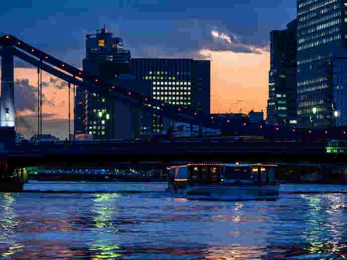 夕暮れ頃の清洲橋と隅田川の情景。