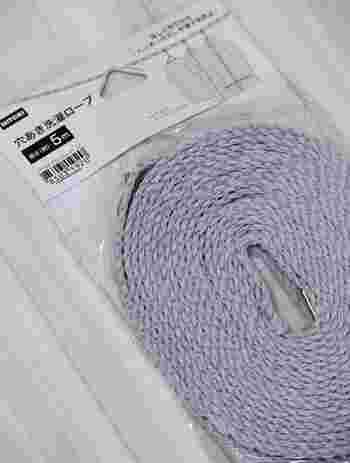 一般的な洗濯ロープだと洗濯物を掛けるとロープがたわみ、ハンガーがずれて間隔をキープしにくいことがあります。かといって洗濯ハサミで固定するのも手間がかかりますよね。  ニトリの穴あきロープは、均等に付いた網目にハンガーを引っ掛けられるようになっているので、好きな間隔で干せるようになっているんですよ。